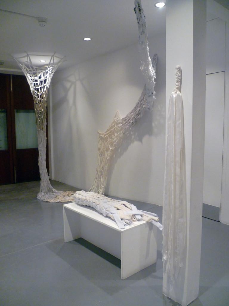 Taller abierto en Gasworks, objetos tejidos colectivamente en exhibición