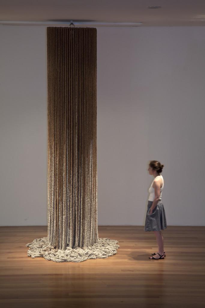 Columna (3era versión blanco y natural) exhibida en el Museo de Artes Visuales de Santiago, Chile. Foto: ©Tomás Rodriguez