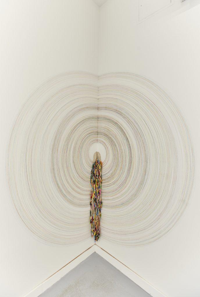 Lapso, Abundancia y Saturación en exposición Dos Líneas Tocando un Cántaro